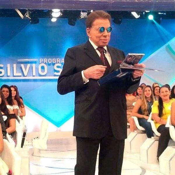 12.jan.2016- Silvio Santos apresenta programa de óculos de sol: