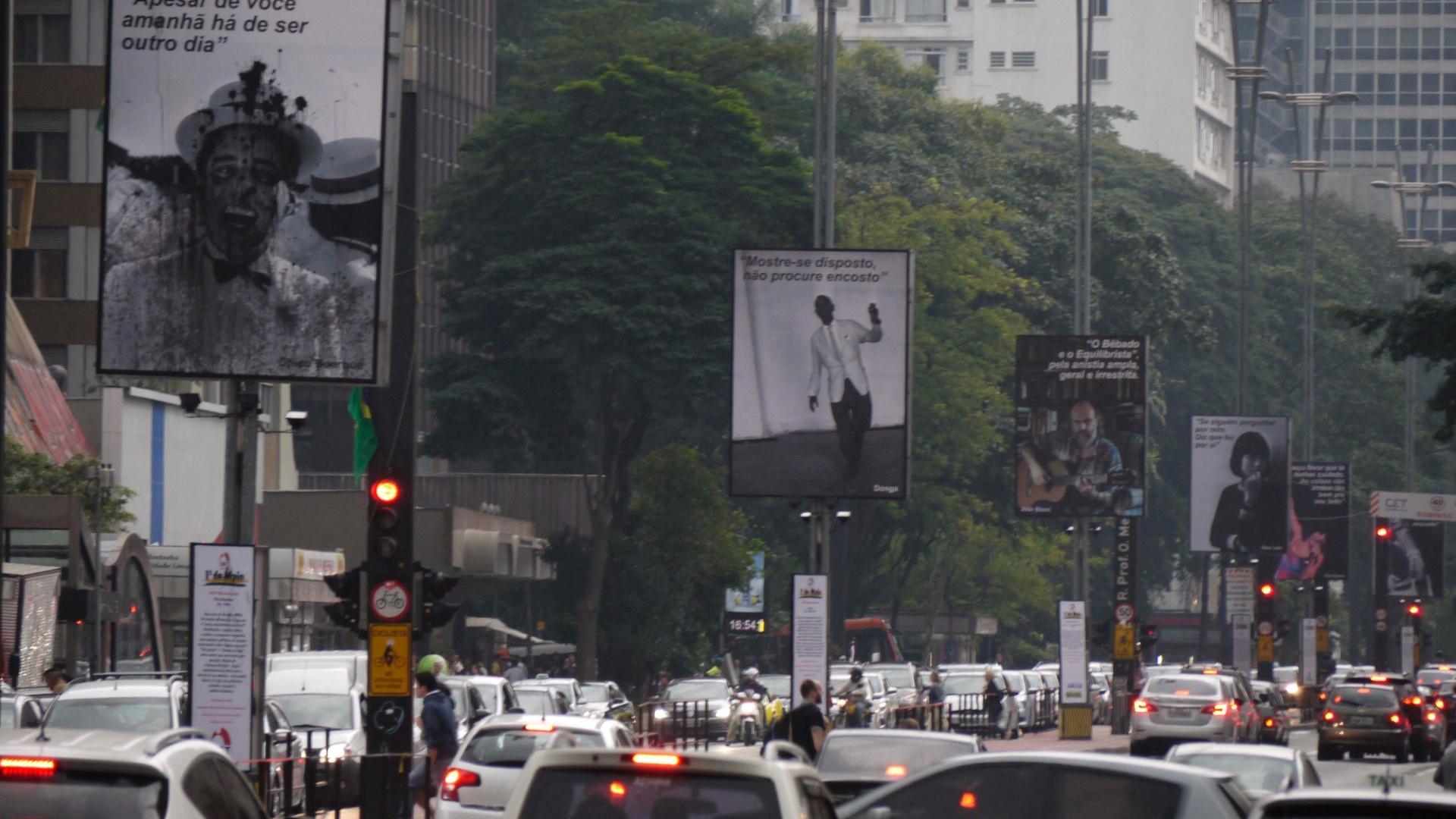 Imagem de Chico Buarque exposta na Avenida Paulista é danificada