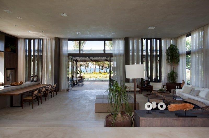O living com área 'gourmet' se abre para a varanda da casa de praia projetada pela arquiteta Debora Aguiar. No alto de uma falésia, a morada de um casal de empresários tem vista para o mar de Trancoso, na Bahia