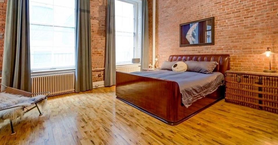 O quarto de Adam Levine e Behati Prinsloo segue o estilo de decoração dos outros espaços do loft, colocado à venda por cerca de R$ 20 milhões, em Nova York. A parede é de tijolos aparentes, o ambiente tem janelões que trazem bastante luz ao interior e os tons escolhidos são os mais escuros, como marrom e cinza, que deixam o dormitório aconchegante