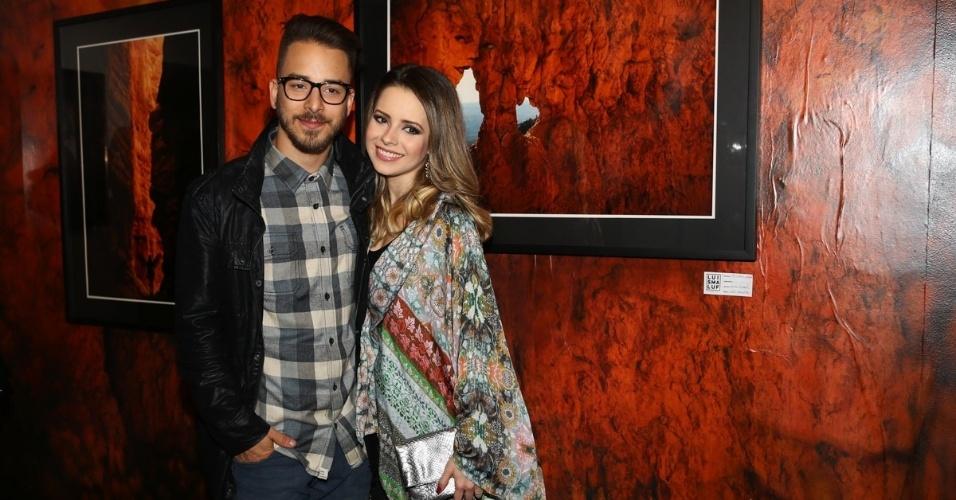 16.jul.2015 - O cantor Júnior Lima recebeu a irmã, a cantora Sandy, na abertura de sua exposição fotográfica em São Paulo