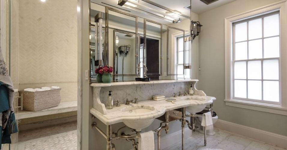 No primeiro pavimento da cobertura está localizada a suíte máster. Na foto, parte do banheiro pode ser vista: o lavatório tem duas cubas, base de metal e bancada de mármore. O apartamento junto ao Gramercy Park, em Nova York, pertence à atriz Uma Thurman e está à venda por cerca de R$ 22 milhões