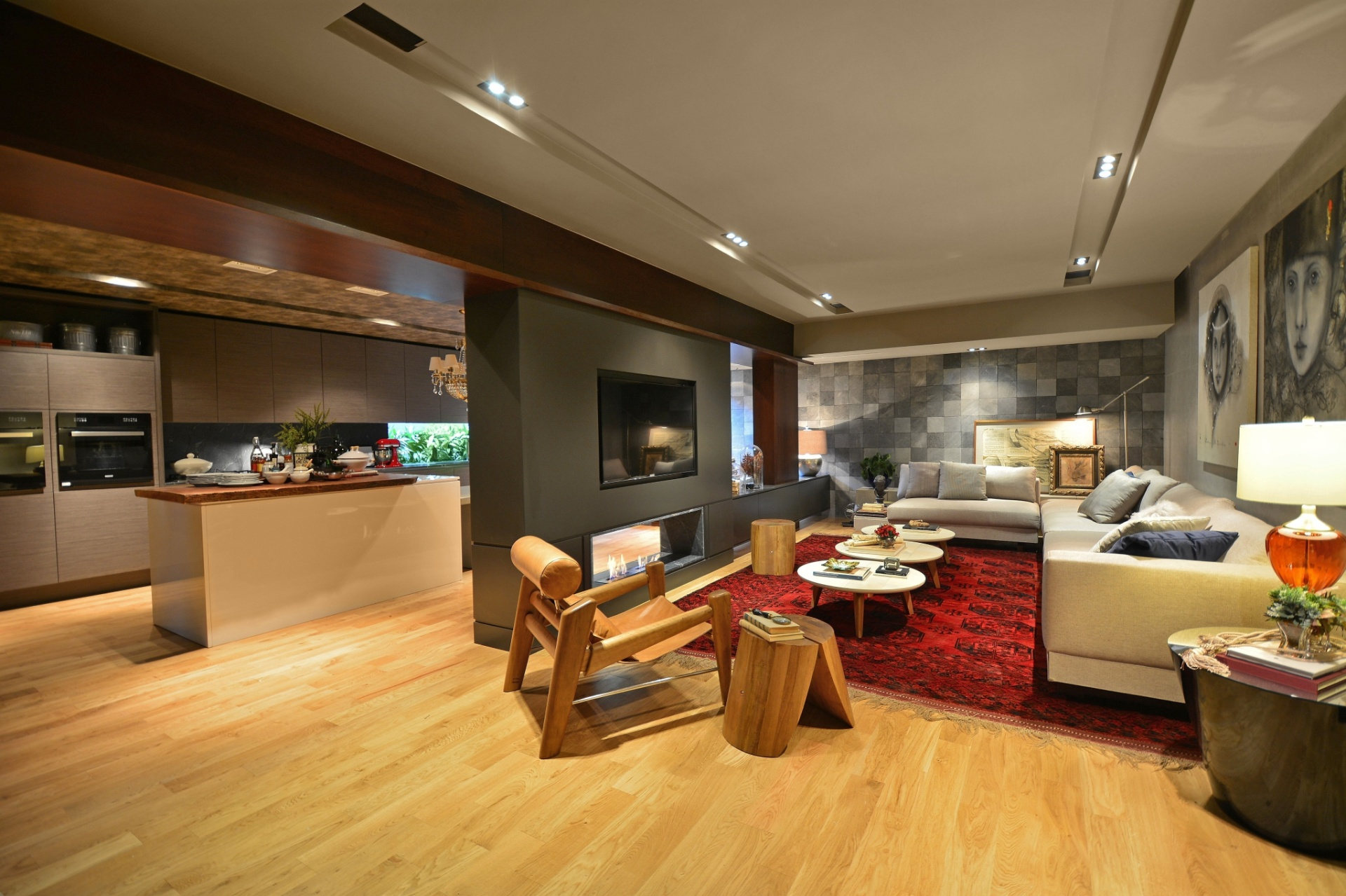 de madeira e os cinzas unificam estar e cozinha no Living Gourmet de  #B33318 1920 1279