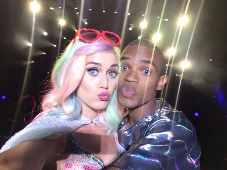 A cantora Katy Perry tira um selfie no palco em Curitiba como fã Matheus França