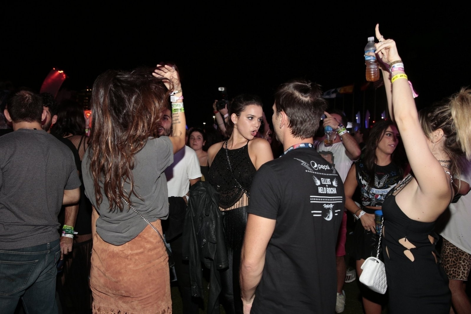 27.set.2015 - Bruna Marquezine e Thaila Ayala (de costas) dançam ao som de Katy Perry no último dia de Rock in Rio