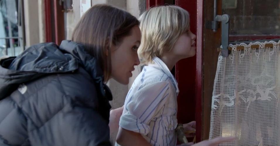 Angelina Jolie e Shiloh nos bastidores das filmagens de