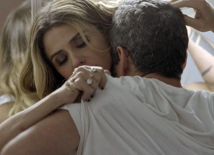 Atena seduz Romero e os dois vão para a cama