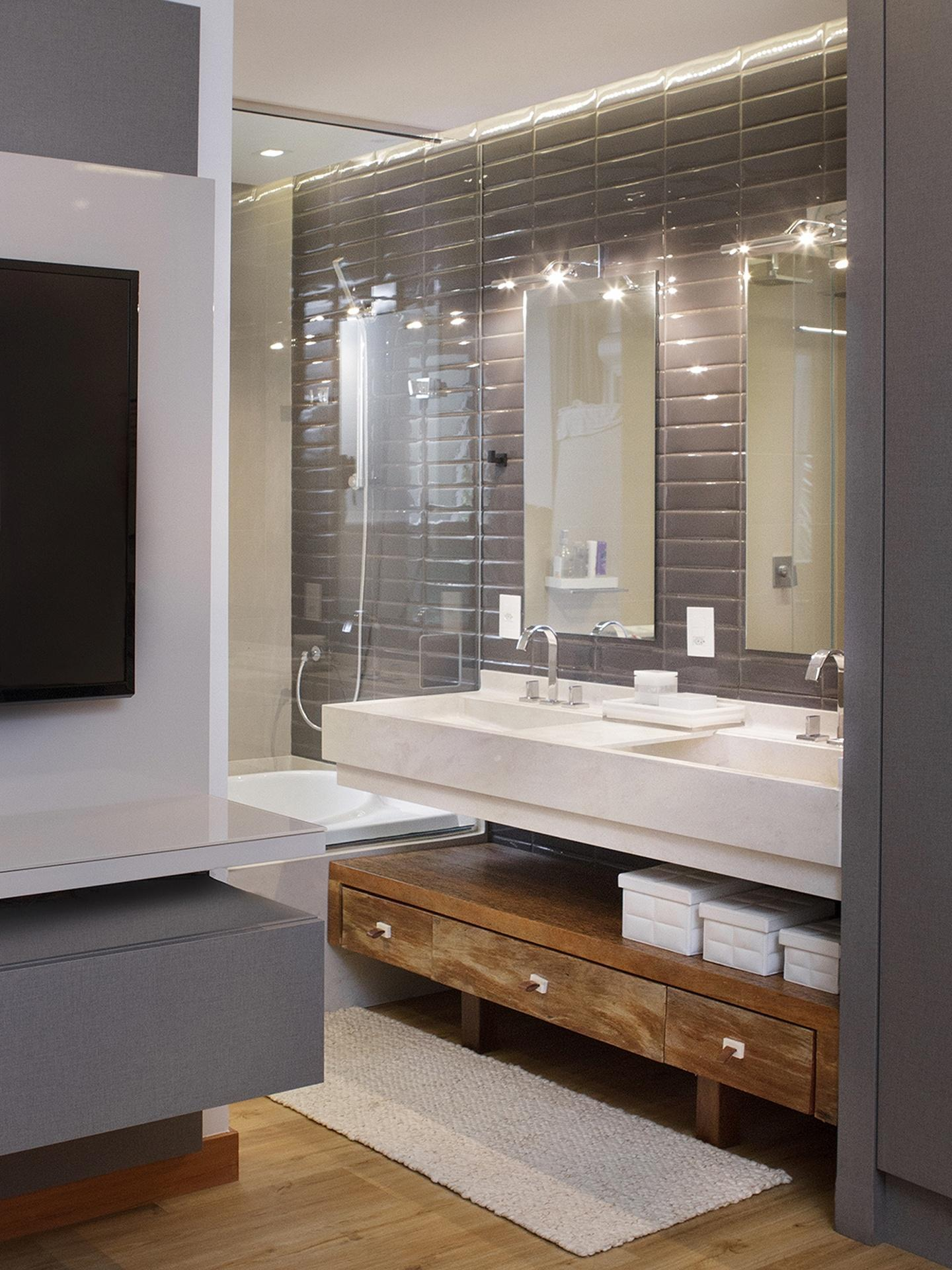 da Pimont Arquitetura integrou quarto e banheiro da suíte do casal  #7F6448 1440x1920 Banheiro Casal Dois Vasos