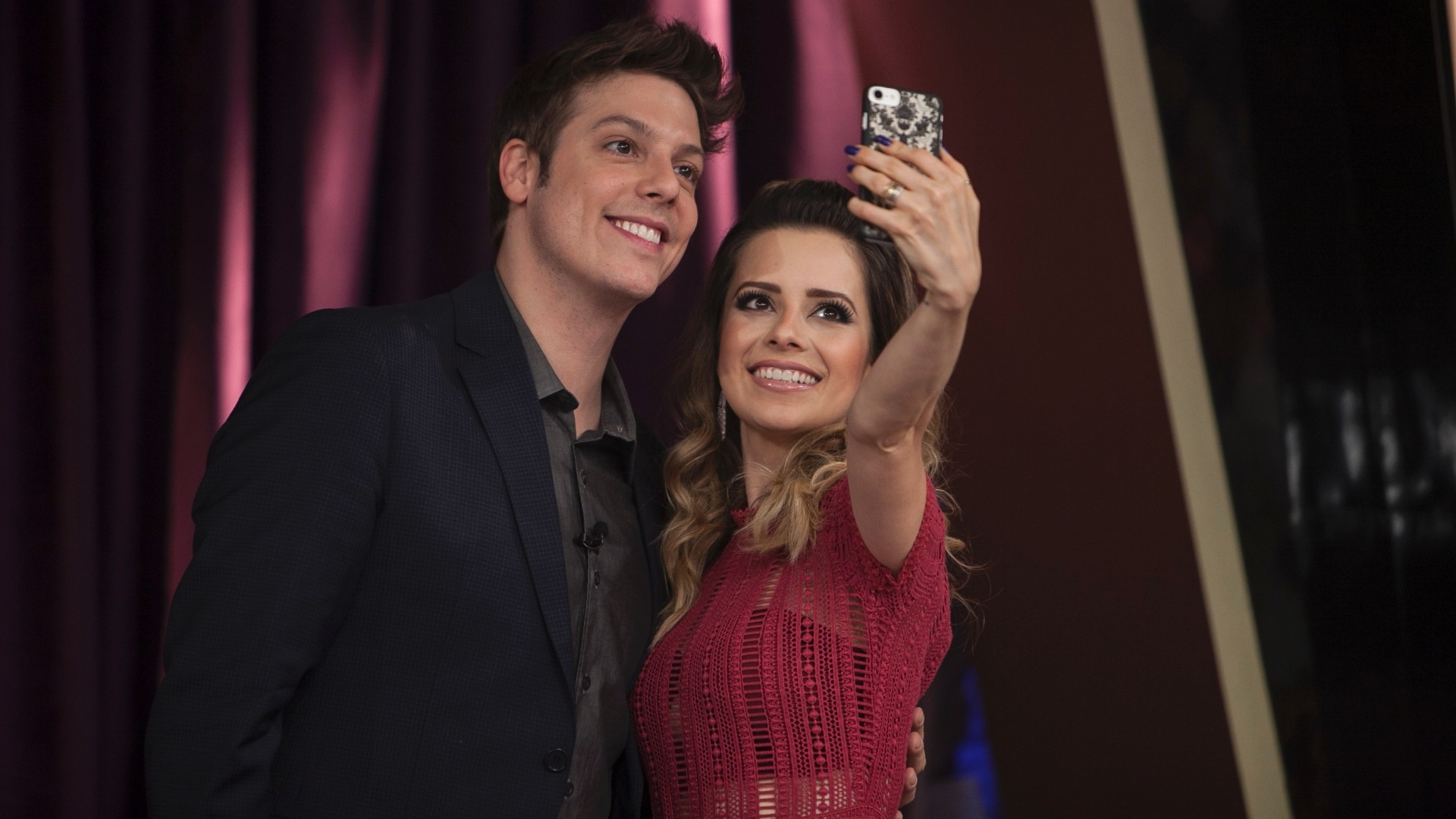 Sandy faz selfie com Fábio Porchat no intervalo do