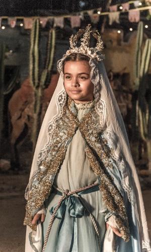 Maria Tereza se caracteriza como Nossa Senhora em procissão