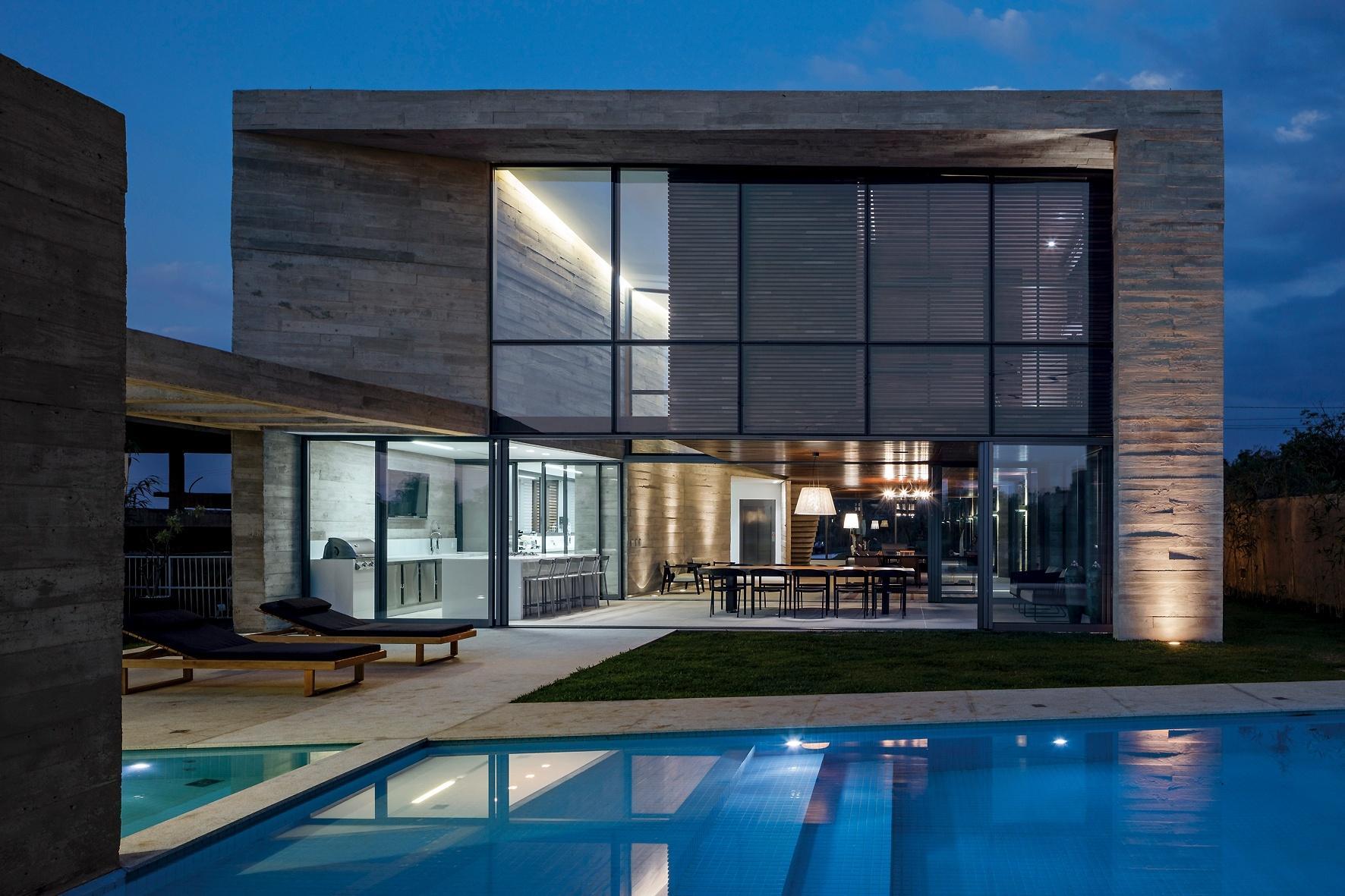 Toda iluminada à noite, a Casa Braga chama atenção pela total transparência viabilizada pelo uso intenso do vidro e pela concepção arquitetônica desenvolvida por Gustavo Penna, que optou por integrar todos os espaços sociais