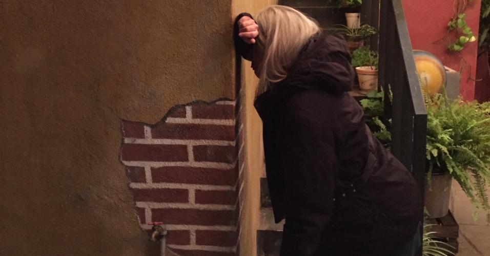 21.nov.2015 - Luciana Yonekawa imita choro do Quico na parece da vila