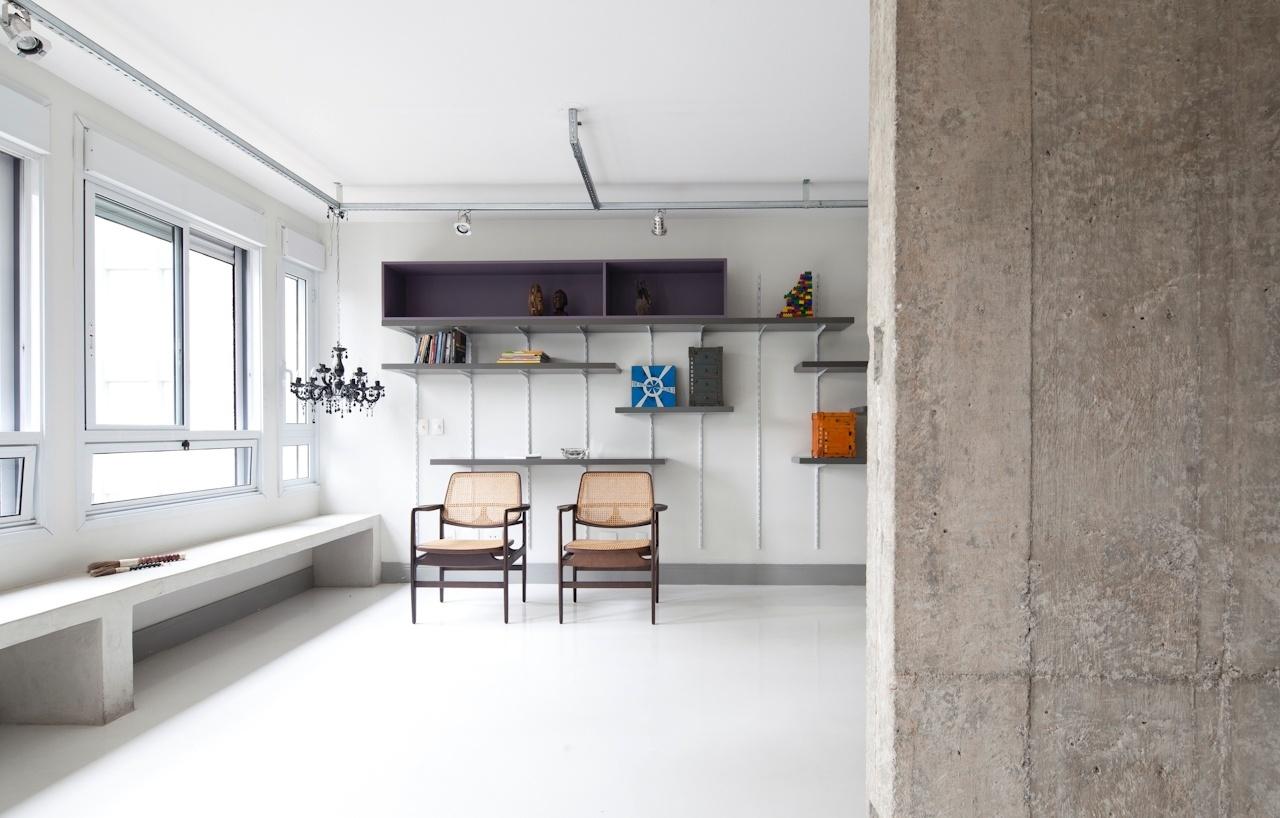 Na sala de estar, duas cadeiras de palha e madeira, da Dpot, criam um contraponto para a decoração