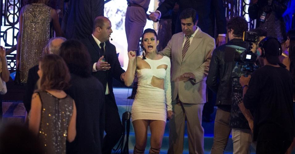Cassandra (Juliana Paiva) e Hugo (Orã Figueiredo) tentam entrar em festa na novela