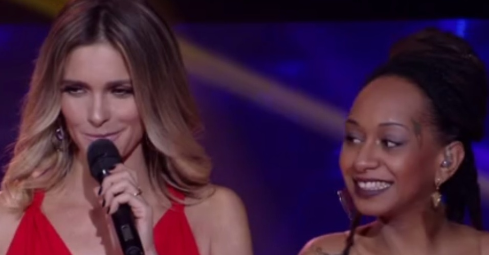 """22.mai.2016 - Fernanda Lima segura o riso ao mandar beijo para Maria Juana, filha da cantora Fyah Rocha, no """"SuperStar"""""""