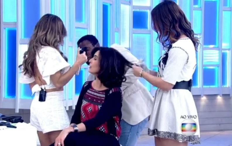 19.jun.2015 - Fátima Bernardes pinta mechas do cabelo com giz pastel