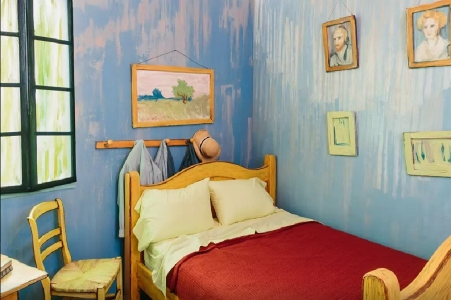 Van Gogh começou a pintar seu próprio aposento na cidade francesa de Arles em 1888, mas só terminou a obra um ano depois. Em fevereiro de 2016, o Airbnb convidou o museu Art Institute of Chicago para criar uma releitura da pintura em tamanho real (a de um dormitório) e plenamente usável em Chicago, nos Estados Unidos