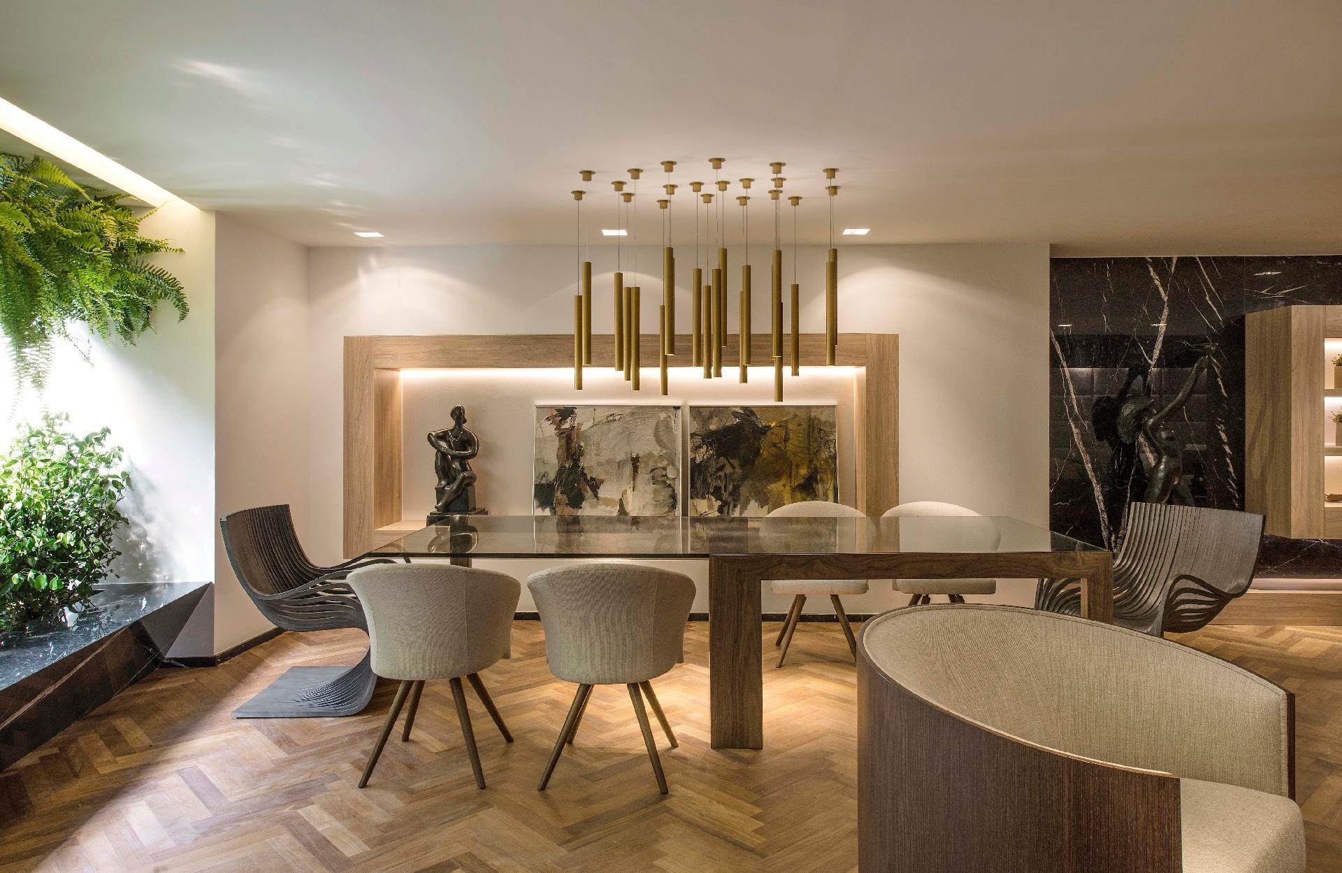 decorado com cores e materiais clássicos como o dourado a madeira e  #496223 1920x1250