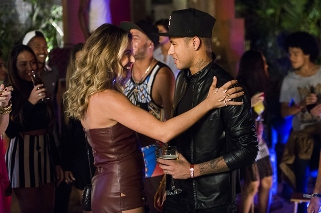 Atena (Giovanna Antonelli ) finge ser amiga de Neymar Jr.