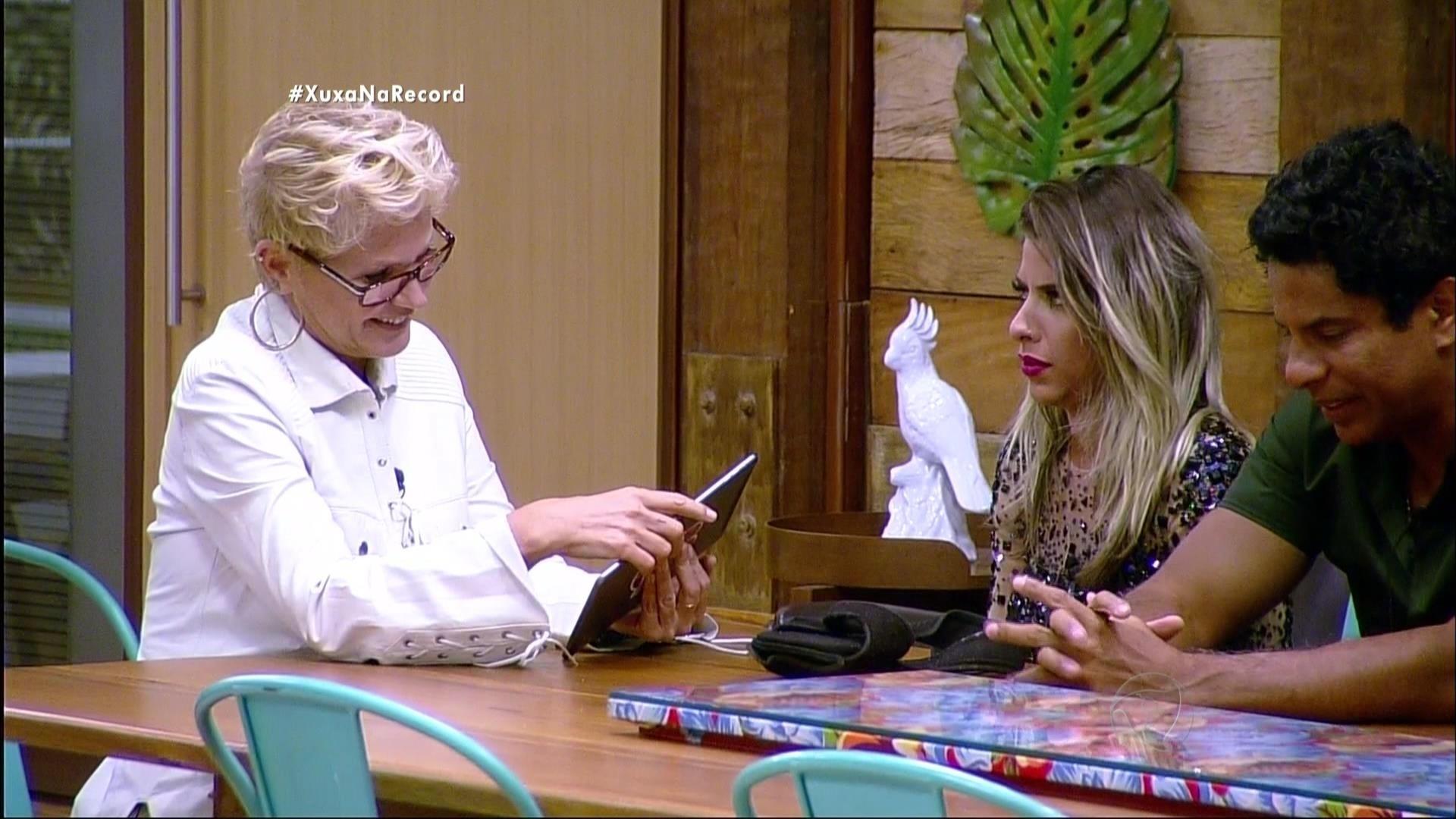 7.dez.2015 - Ana Paula Minerato estava muito apreensiva com a visita de Xuxa em