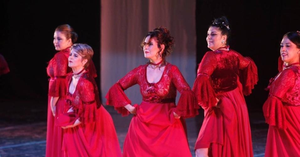 12.dez.2015 - Fatima Bernardes participa de espetáculo de dança da companhia Carlota Portela, no teatro da UERJ, no Rio