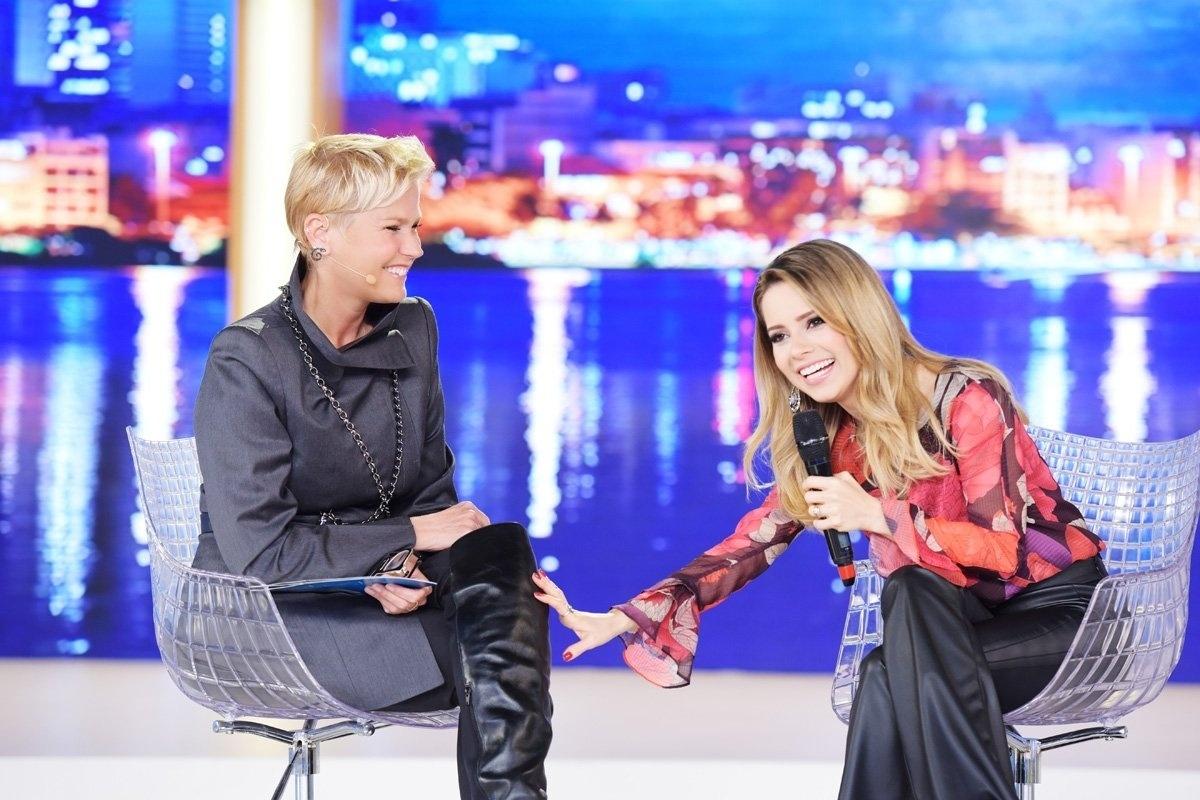 Xuxa Meneghel conversa com Sandy em seu programa na Record