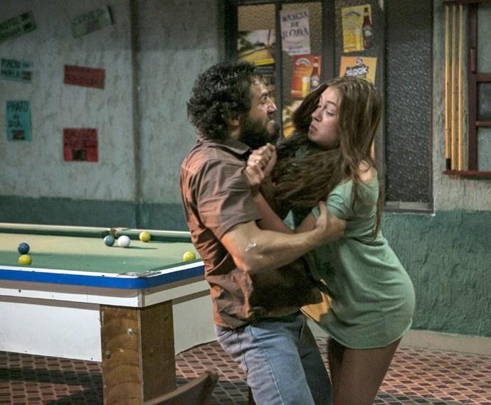Dino (Paulo Rocha) agarra Eliza (Marina Ruy Barbosa) em