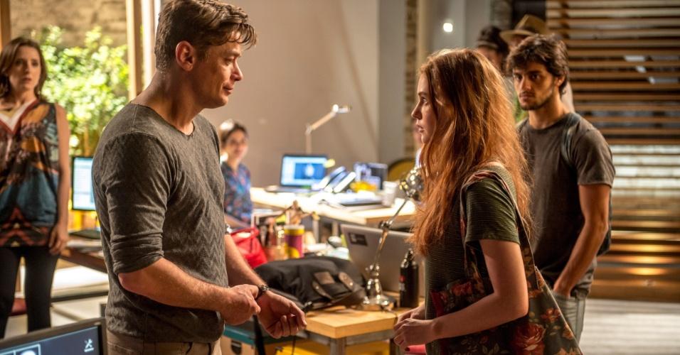 Eliza (Marina Ruy Barbosa) vai à agência de Arthur (Fábio Assunção)
