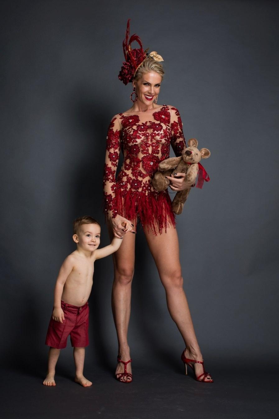 19.jan.2016 - O filhinho de Ana Hickmann, Alexandre Jr., usou uma bermudinha vermelha para acompanhar a mamãe, que será destaque da Grande Rio, sambando no chão à frente do abre-alas