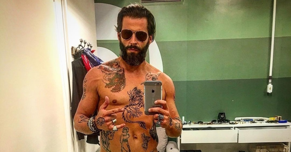 19.mai.2016 - Henri Castelli publicou uma foto no Instagram sem camisa e o corpo todo tatuado. Os desenhos, no entanto, são falsos. O ator está se preparando para viver o tatuador Ralf em