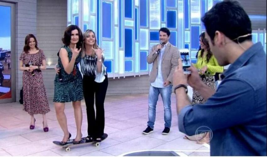 16.jul.2015 - Em cima de um skate, Fátima Bernardes e Heloisa Périssé fazem foto no encerramento do
