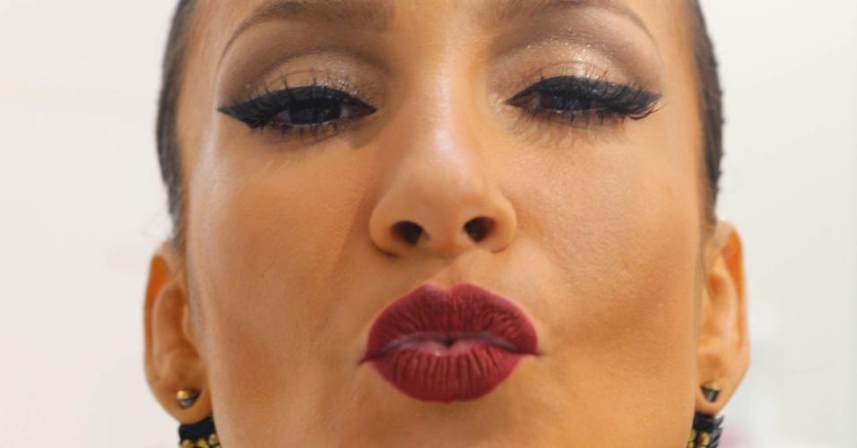 4.fev.2015 - Claudia Leitte é maquiada para comandar o trio Cocobambu em Salvador