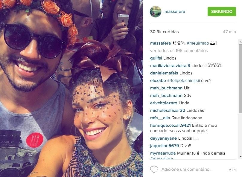 6.jan.2016 - A atriz Grazi Massafera curtiu o Bloco Escangalha, no Rio de Janeiro, ao lado do irmão