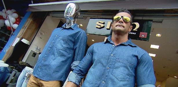 Marcos Oliver ganha R$ 200 fazendo trabalho de vitrine viva em loja de SP