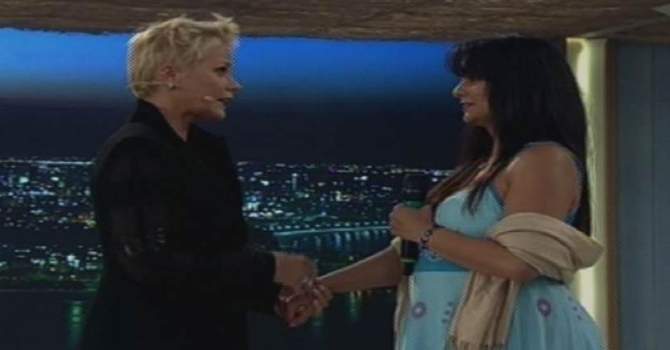 17.ago.2015 - Xuxa recebe Érika, que ficou conhecida no meme