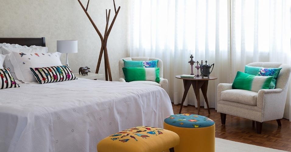 Em comunhão com tons bem claros, os bordados trazem clima mais intimista aos dormitórios