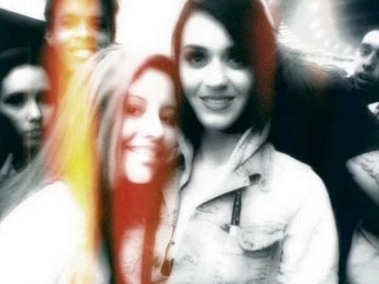 A fã Rayane Souza com a cantora Katy Perry em 2012