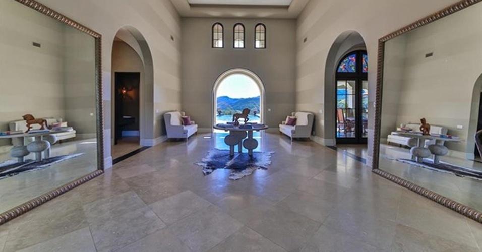 O hall da mansão de Britney Spears é grande e conta com uma decoração