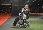 Após operação, Arlindo Cruz se apresenta de cadeira de rodas em Recife - Felipe Souto Maior/AgNews