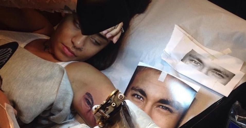 11.jul.2015 - Rafaella Santos, irmã de Neymar, tatua o rosto do jogador de futebol no braço esquerdo