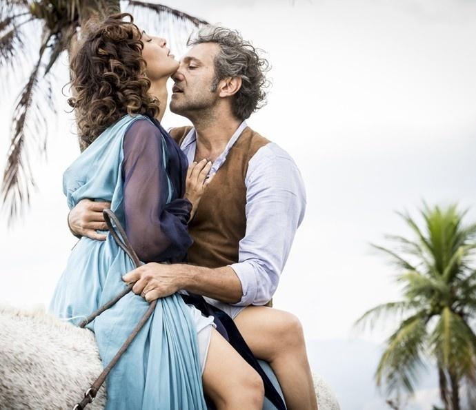 Tereza (Camila Pitanga) e Santo (Domingos Montagner) se beijam em novo encontro em
