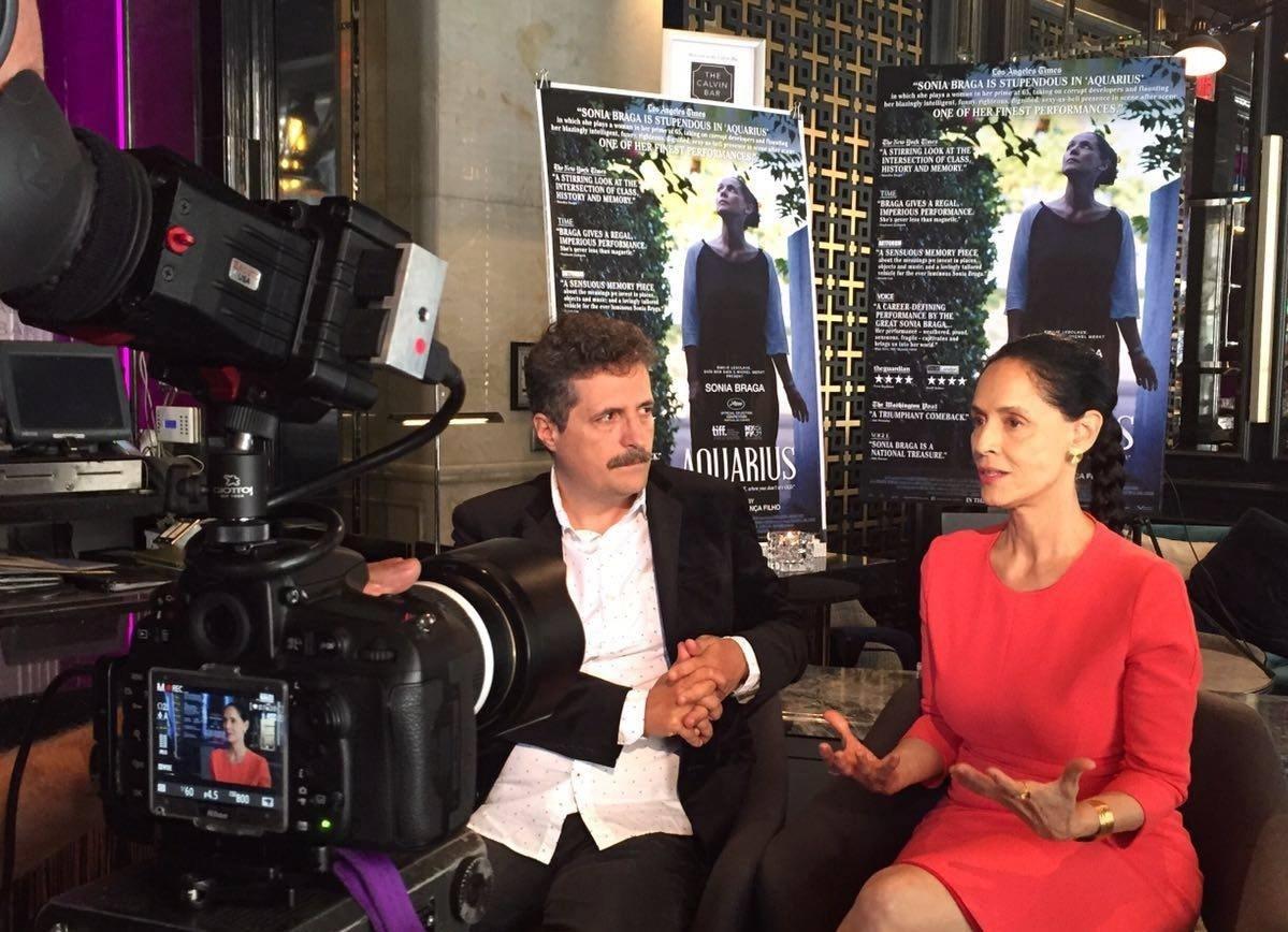 Ao lado do diretor Kleber Mendonça Filho, Sônia Braga é entrevistada no Festival de Toronto, no Canadá