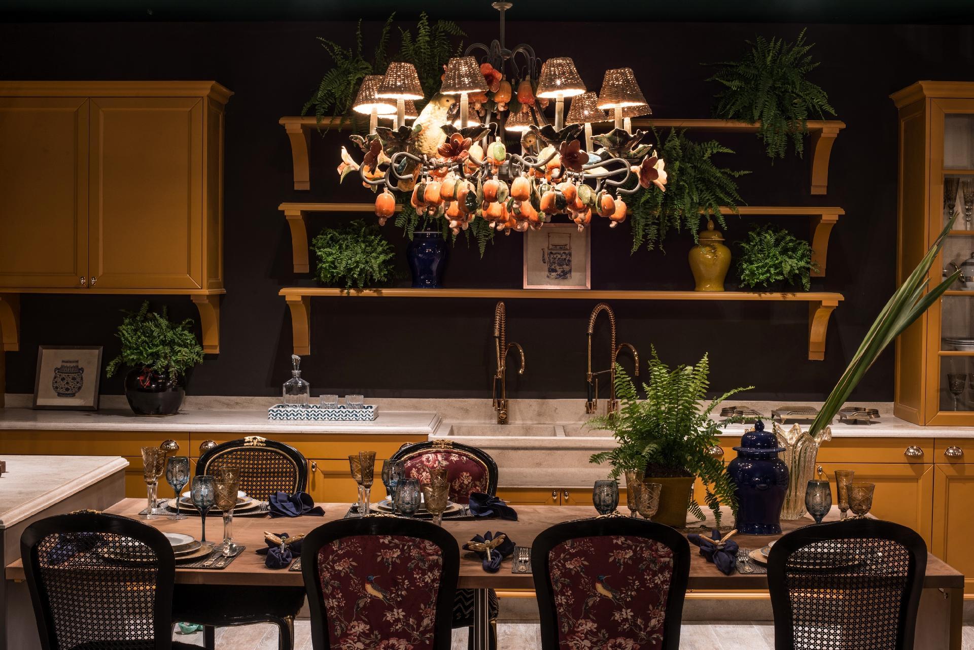 Casa Cor MT 2016 - Discrição passa longe do Lounge Gourmet, inspirado na apresentadora Sabrina Sato e pensado por Habner Zuhany. O ambiente é luxuoso, tem cadeiras com estampas florais e pássaros, samambaias vistosas e marcenaria com acabamento mostarda. Mas todos esses elementos são coadjuvantes se comparados ao chamativo lustre (Star Home) adornado por cajus e hibiscos