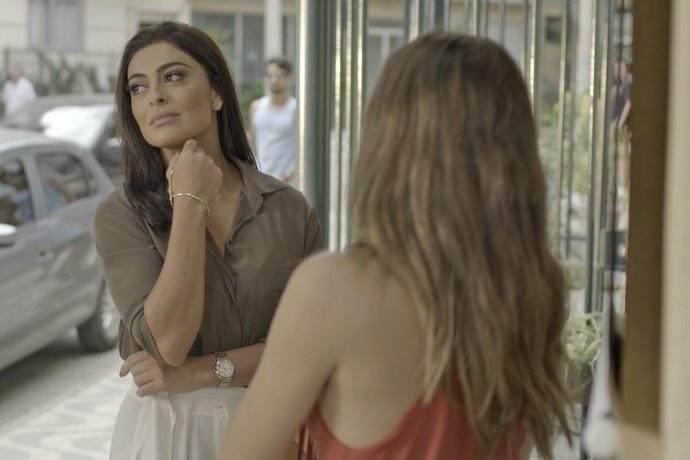 Carolina (Juliana Paes) pede a Cassandra (Juliana Paiva) que sabote a próxima etapa do concurso
