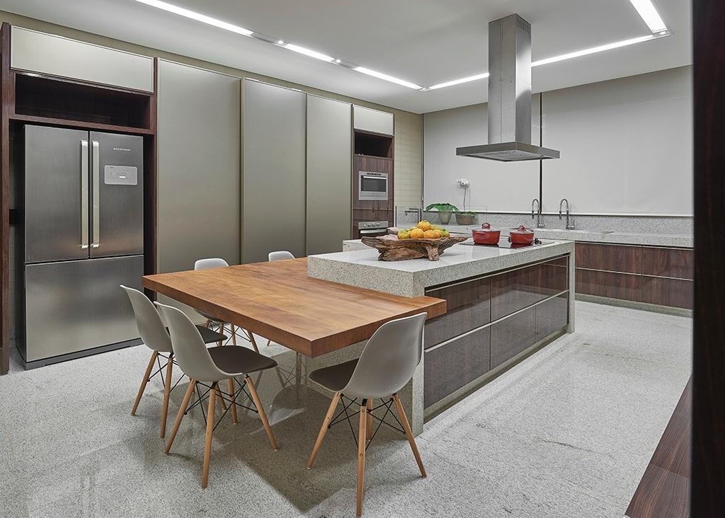 A cozinha da residência Hibiscos tem linhas contemporâneas, tons neutros e superfícies brilhantes. O projeto de interiores da residência em Contagem (MG) é da arquiteta Estela Netto e a arquitetura foi desenvolvida por Myrna Porcaro