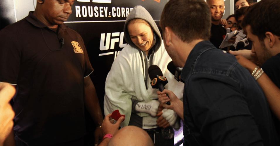 Ronda Rousey é pedida em casamento pelo humorista Alfinete após treinos abertos do UFC 190