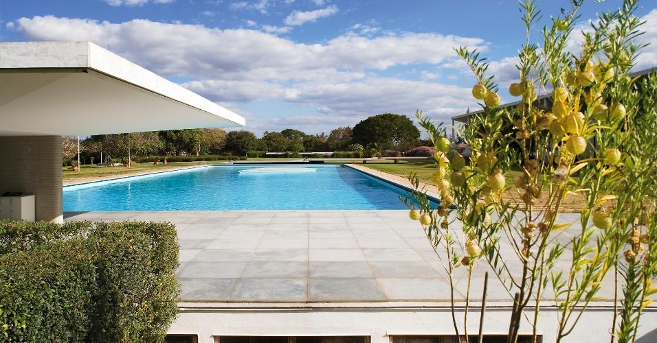 A piscina para o uso privado do presidente em exercício, atualmente, Dilma Rousseff, é cercada pelo piso de pedra. O espaço é assistido pelo bar (à esq.). O Palácio da Alvorada foi projetado pelo arquiteto Oscar Niemeyer
