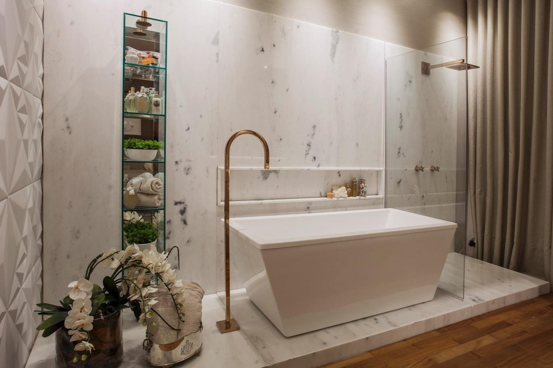 área de banho da Casa de Praia projetada por Vanessa Martins para  #A26229 1500x1000 Acabamento De Banheiro De Luxo