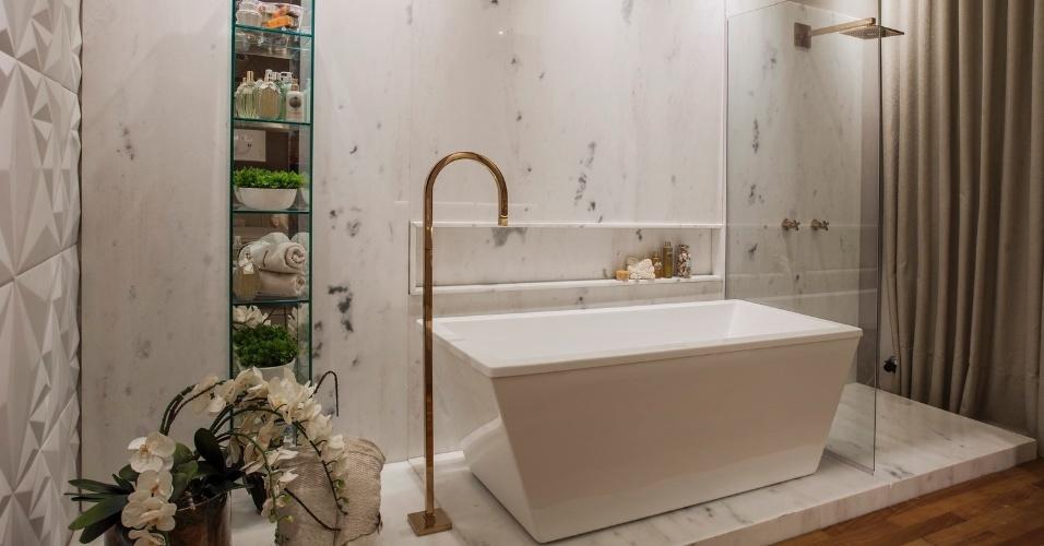 A área de banho da Casa de Praia projetada por Vanessa Martins para a Casa Cor Pará é delimitada por um acabamento em mármore. As louças em dourado afirmam o estilo requintado do banheiro | O projeto está exposto na mostra (www.casacor.com.br) até 29 de novembro de 2015