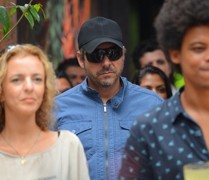 De boné e óculos, Romero Rômulo (Alexandre Nero) vai ao casamento de Tóia (Vanessa Giácomo) e Juliano (Cauã Reymond) em